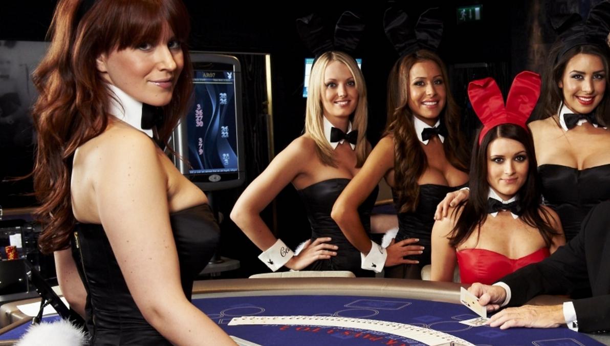 Сексуальная девушка возле рулетки казино в png
